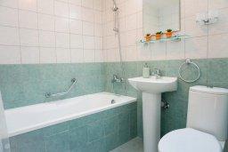 Ванная комната. Кипр, Св. Рафаэль Лимассол : Прекрасная вилла в 100 метрах от пляжа в комплексе с бассейном, 2 спальни, терраса, Wi-Fi