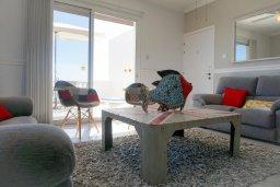 Гостиная. Кипр, Си Кейвз : Апартамент в комплексе с бассейном, с гостиной, двумя спальнями и большим балконом с видом на море