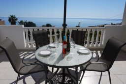 Балкон. Кипр, Си Кейвз : Апартамент в комплексе с бассейном, с гостиной, двумя спальнями и большим балконом с видом на море