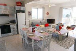 Обеденная зона. Кипр, Си Кейвз : Апартамент в комплексе с бассейном, с гостиной, двумя спальнями и большим балконом с видом на море