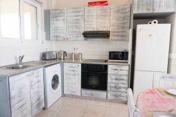 Кухня. Кипр, Си Кейвз : Апартамент в комплексе с бассейном, с гостиной, двумя спальнями и большим балконом с видом на море
