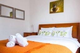 Спальня. Кипр, Пафос город : Двухэтажный таунхаус в комплексе с бассейном, с гостиной, двумя спальнями, двумя ванными комнатами и зеленым двориком
