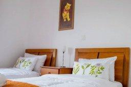 Спальня 2. Кипр, Пафос город : Двухэтажный таунхаус в комплексе с бассейном, с гостиной, двумя спальнями, двумя ванными комнатами и зеленым двориком