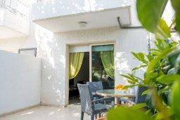 Терраса. Кипр, Пафос город : Двухэтажный таунхаус в комплексе с бассейном, с гостиной, двумя спальнями, двумя ванными комнатами и зеленым двориком