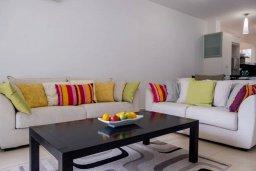 Гостиная. Кипр, Пафос город : Двухэтажный таунхаус в комплексе с бассейном, с гостиной, двумя спальнями, двумя ванными комнатами и зеленым двориком