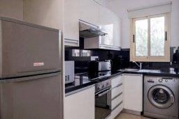 Кухня. Кипр, Пафос город : Двухэтажный таунхаус в комплексе с бассейном, с гостиной, двумя спальнями, двумя ванными комнатами и зеленым двориком