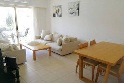 Гостиная. Кипр, Пафос город : Апартамент в комплексе с бассейном, с гостиной, двумя спальнями, двумя ванными комнатами и балконом