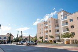 Фасад дома. Кипр, Пафос город : Апартамент в комплексе с бассейном, с гостиной, двумя спальнями, двумя ванными комнатами и балконом