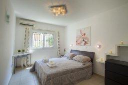 Спальня. Кипр, Центр Айя Напы : Апартамент в центре Айя-Напы с гостиной, отдельной спальней, террасой и садом