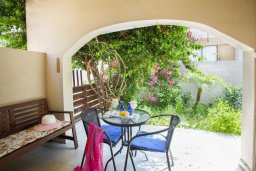 Терраса. Кипр, Центр Айя Напы : Апартамент в центре Айя-Напы с гостиной, отдельной спальней, террасой и садом