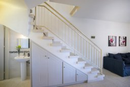Лестница наверх. Кипр, Менеу : Уютная вилла с 2-мя спальнями, с зеленым двориком и патио с барбекю