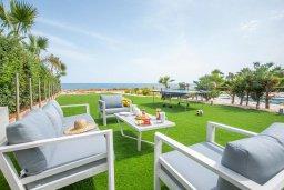 Патио. Кипр, Ионион - Айя Текла : Роскошная пляжная вилла с зеленой лужайкой, 3 спальни, 3 ванные комнаты, барбекю, парковка, Wi-Fi