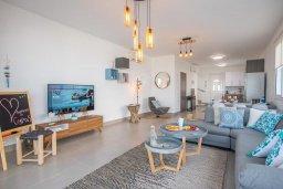 Гостиная. Кипр, Ионион - Айя Текла : Роскошная пляжная вилла с зеленой лужайкой, 3 спальни, 3 ванные комнаты, барбекю, парковка, Wi-Fi