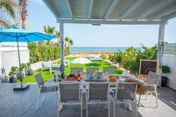 Обеденная зона. Кипр, Ионион - Айя Текла : Роскошная пляжная вилла с зеленой лужайкой, 3 спальни, 3 ванные комнаты, барбекю, парковка, Wi-Fi