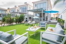 Фасад дома. Кипр, Ионион - Айя Текла : Роскошная пляжная вилла с зеленой лужайкой, 3 спальни, 3 ванные комнаты, барбекю, парковка, Wi-Fi