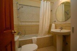 Ванная комната. Кипр, Какопетрия : Коттедж на окраине деревни Васа, в самом сердце региона Красохориа, с 3 спальнями, 1 ванной комнатой и частной парковкой
