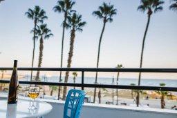Кипр, Ларнака город : Апартамент с двумя спальнями с собственной кухней и балконом с видом на Средиземное море.
