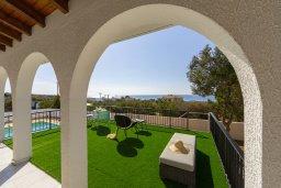 Терраса. Кипр, Аммос - Лимнария Бич : Потрясающая вилла с великолепным видом на море, с 3-мя спальнями, бассейном, уютным двориком и каменной печью, расположена около пляжа Ammos Tou Kampouri Beach