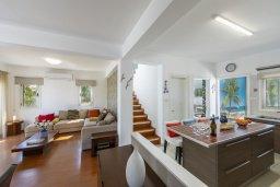 Гостиная. Кипр, Каво Марис Протарас : Очаровательная вилла с 4-мя спальнями, с бассейном, солнечной террасой с патио, перголой и каменным барбекю, расположена недалеко от пляжа Vyzakia Beach