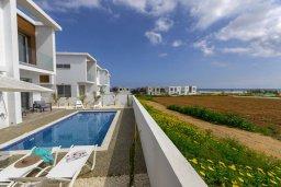 Фасад дома. Кипр, Каппарис : Просторная современная вилла с видом на море, с 3-мя спальнями, с бассейном, солнечной террасой и барбекю, расположена в тихом районе Kapparis