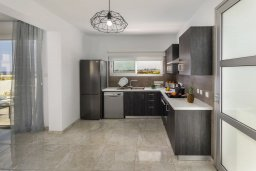 Кухня. Кипр, Каппарис : Просторная современная вилла с видом на море, с 3-мя спальнями, с бассейном, солнечной террасой и барбекю, расположена в тихом районе Kapparis