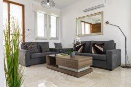Гостиная. Кипр, Каппарис : Просторная современная вилла с видом на море, с 3-мя спальнями, с бассейном, солнечной террасой и барбекю, расположена в тихом районе Kapparis