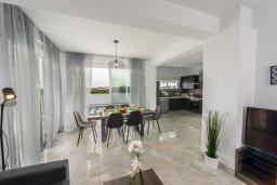 Обеденная зона. Кипр, Каппарис : Просторная современная вилла с видом на море, с 3-мя спальнями, с бассейном, солнечной террасой и барбекю, расположена в тихом районе Kapparis