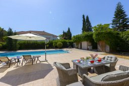 Территория. Кипр, Перволия : Шикарная вилла с 5-ю спальнями, с сауной, бильярдом, с бассейном, в окружении зелёного сада,  тенистой террасой с патио и барбекю, расположена в 150 метрах от пляжа Pergola Beach