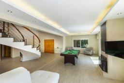 Гостиная. Кипр, Перволия : Шикарная вилла с 5-ю спальнями, с сауной, бильярдом, с бассейном, в окружении зелёного сада,  тенистой террасой с патио и барбекю, расположена в 150 метрах от пляжа Pergola Beach