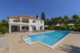 Вид на виллу/дом снаружи. Кипр, Перволия : Шикарная вилла с 5-ю спальнями, с сауной, бильярдом, с бассейном, в окружении зелёного сада,  тенистой террасой с патио и барбекю, расположена в 150 метрах от пляжа Pergola Beach