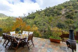 Терраса. Кипр, Троодос : Очаровательный коттедж с 4-мя спальнями, просторной террасой с потрясающим видом на горы, расположен в деревне Amiantos на вершине холма над берегом реки Kouris