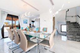 Обеденная зона. Кипр, Ионион - Айя Текла : Потрясающая вилла с шикарным видом на море, с 5-ю спальнями, с бассейном, джакузи и солнечной террасой с lounge-зоной, расположена на побережье в Ayia Thekla