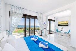 Спальня. Кипр, Ионион - Айя Текла : Потрясающая вилла с шикарным видом на море, с 5-ю спальнями, с бассейном, джакузи и солнечной террасой с lounge-зоной, расположена на побережье в Ayia Thekla