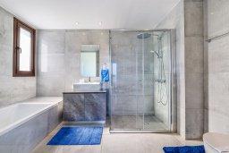 Ванная комната. Кипр, Ионион - Айя Текла : Потрясающая вилла с шикарным видом на море, с 5-ю спальнями, с бассейном, джакузи и солнечной террасой с lounge-зоной, расположена на побережье в Ayia Thekla