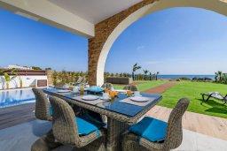 Кипр, Ионион - Айя Текла : Потрясающая вилла с шикарным видом на море, с 5-ю спальнями, с бассейном, джакузи и солнечной террасой с lounge-зоной, расположена на побережье в Ayia Thekla