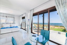 Гостиная. Кипр, Ионион - Айя Текла : Потрясающая вилла с шикарным видом на море, с 5-ю спальнями, с бассейном, джакузи и солнечной террасой с lounge-зоной, расположена на побережье в Ayia Thekla