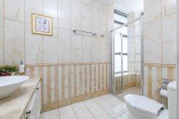 Ванная комната. Кипр, Каво Марис Протарас : Шикарная вилла с потрясающим видом на море, с 5-ю спальнями, тенистой террасой с патио и lounge-зоной, расположена на побережье в престижном комплексе в Протарасе