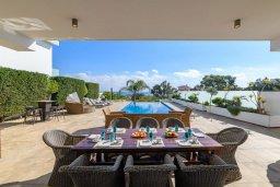 Зона отдыха у бассейна. Кипр, Каво Марис Протарас : Шикарная вилла с потрясающим видом на море, с 5-ю спальнями, тенистой террасой с патио и lounge-зоной, расположена на побережье в престижном комплексе в Протарасе