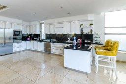 Кухня. Кипр, Каво Марис Протарас : Шикарная вилла с потрясающим видом на море, с 5-ю спальнями, тенистой террасой с патио и lounge-зоной, расположена на побережье в престижном комплексе в Протарасе