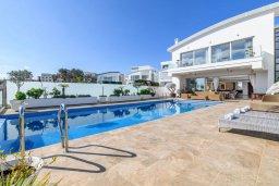 Бассейн. Кипр, Каво Марис Протарас : Шикарная вилла с потрясающим видом на море, с 5-ю спальнями, тенистой террасой с патио и lounge-зоной, расположена на побережье в престижном комплексе в Протарасе