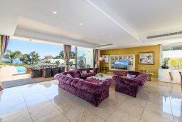 Гостиная. Кипр, Каво Марис Протарас : Шикарная вилла с потрясающим видом на море, с 5-ю спальнями, тенистой террасой с патио и lounge-зоной, расположена на побережье в престижном комплексе в Протарасе