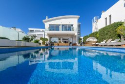 Вид на виллу/дом снаружи. Кипр, Каво Марис Протарас : Шикарная вилла с потрясающим видом на море, с 5-ю спальнями, тенистой террасой с патио и lounge-зоной, расположена на побережье в престижном комплексе в Протарасе