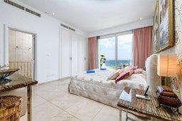 Спальня. Кипр, Каво Марис Протарас : Шикарная вилла с потрясающим видом на море, с 5-ю спальнями, тенистой террасой с патио и lounge-зоной, расположена на побережье в престижном комплексе в Протарасе