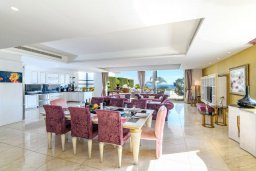 Обеденная зона. Кипр, Каво Марис Протарас : Шикарная вилла с потрясающим видом на море, с 5-ю спальнями, тенистой террасой с патио и lounge-зоной, расположена на побережье в престижном комплексе в Протарасе