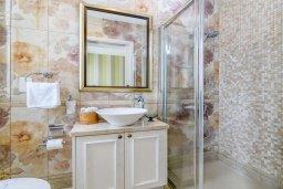 Ванная комната 2. Кипр, Каво Марис Протарас : Шикарная вилла с потрясающим видом на море, с 5-ю спальнями, тенистой террасой с патио и lounge-зоной, расположена на побережье в престижном комплексе в Протарасе