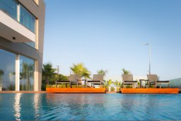 Бассейн. Кипр, Аммос - Лимнария Бич : Современная шикарная вилла с видом на Средиземное море, с 3-мя спальнями, бассейном с джакузи, солнечной террасой на крыше, расположена в 150м от набережной и в 450м от пляжа Limnara Beach