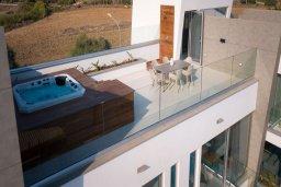Терраса. Кипр, Аммос - Лимнария Бич : Современная шикарная вилла с видом на Средиземное море, с 3-мя спальнями, бассейном с джакузи, солнечной террасой на крыше, расположена в 150м от набережной и в 450м от пляжа Limnara Beach