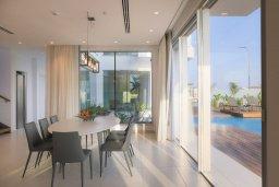 Обеденная зона. Кипр, Аммос - Лимнария Бич : Современная шикарная вилла с видом на Средиземное море, с 3-мя спальнями, бассейном с джакузи, солнечной террасой на крыше, расположена в 150м от набережной и в 450м от пляжа Limnara Beach