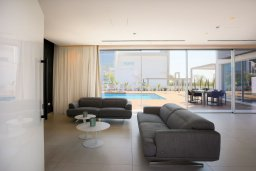 Гостиная. Кипр, Аммос - Лимнария Бич : Современная вилла с видом на Средиземное море, с 3-мя спальнями, бассейном с джакузи, солнечной террасой на крыше, расположена в 150м от набережной и в 450м от пляжа Limnara Beach