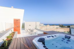 Терраса. Кипр, Аммос - Лимнария Бич : Современная вилла с видом на Средиземное море, с 3-мя спальнями, бассейном с джакузи, солнечной террасой на крыше, расположена в 150м от набережной и в 450м от пляжа Limnara Beach